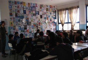 Argentina,a group with two professeurs looking at the quilt and talking about peace (1)